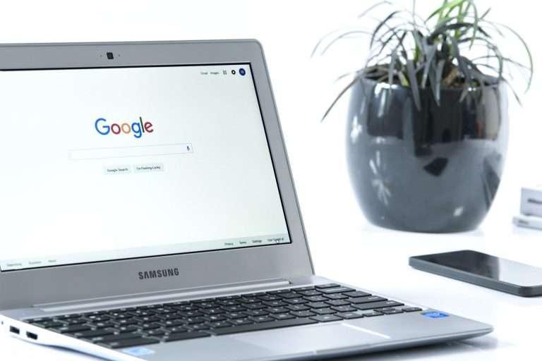 Ordinateur Samsung avec le moteur de recherche Google ouvert