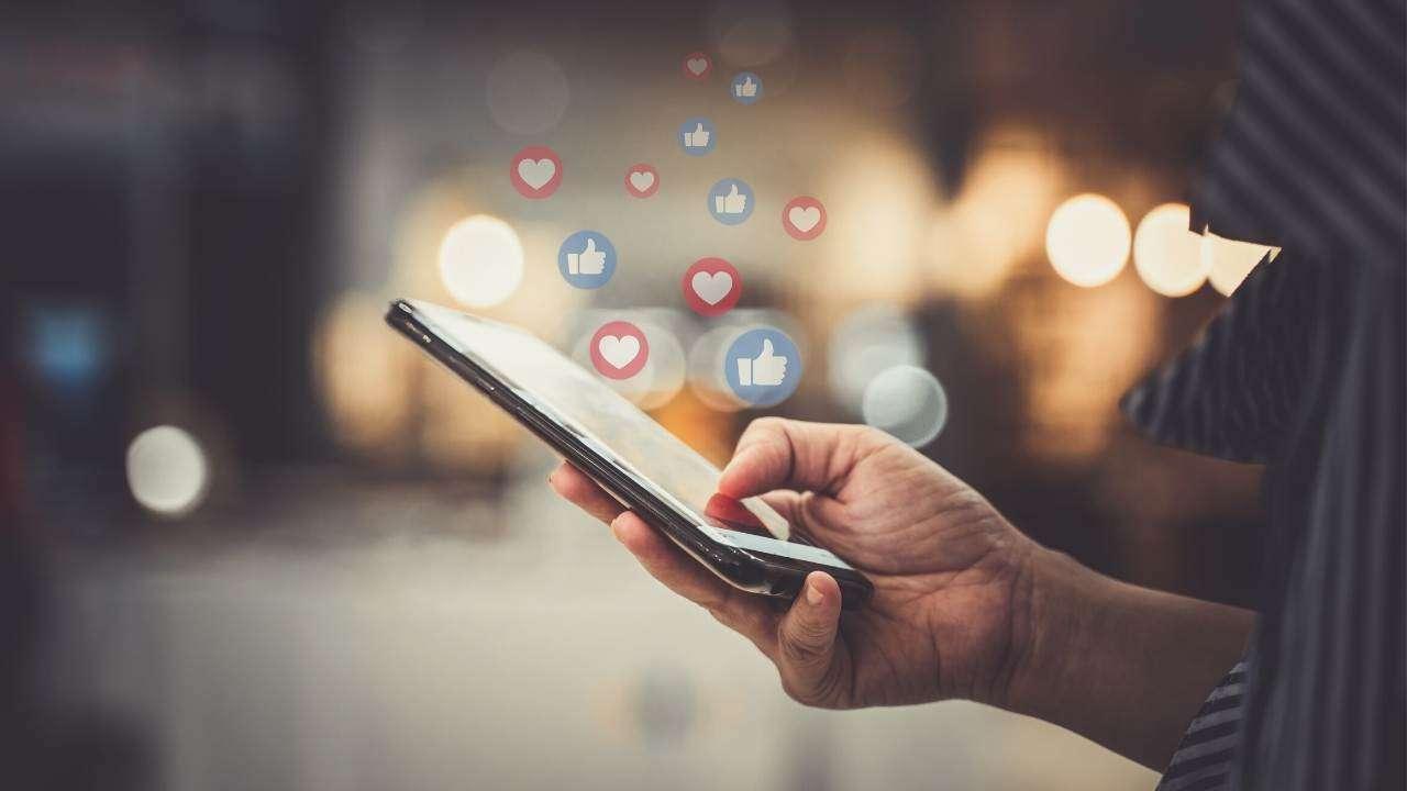 Utilisateur de réseaux sociaux sur smartphone